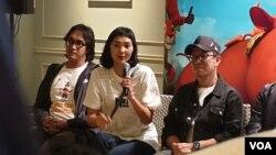 Penulis skenario Cassandra Massardi (tengah) berupaya memasukkan isu konservasi ke kehidupan sehari-hari. (VOA/Rio Tuasikal)