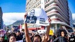 Para pengunjuk rasa, terutama perempuan, berkumpul di luar parlemen di Cape Town, Afrika Selatan, Rabu, 4 September 2019. Kerumunan orang berkumpul untuk menuntut agar pemerintah menindak kekerasan berbasis gender. (Foto: AP)