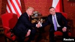 Donald Trump se rukuje sa poljskim predsjednikom Andrzejom Dudom tokom posjete Poljskoj i učešću varšavskom samitu