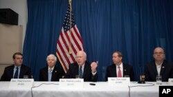 نشست خبری سناتور پاتریک لیهی (وسط) و چهار سناتور دیگر در سفارت آمریکا در هاوانا، در پایان سفر سه روزه به کوبا - ۴ اسفند ۱۳۹۵