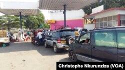 Il n'y a souvent pas assez de carburant pour servir tous les véhicules en file devant les stations-services à Bujumbura, Burundi, 30 mai 2017. (VOA/Christophe Nkurunziza)