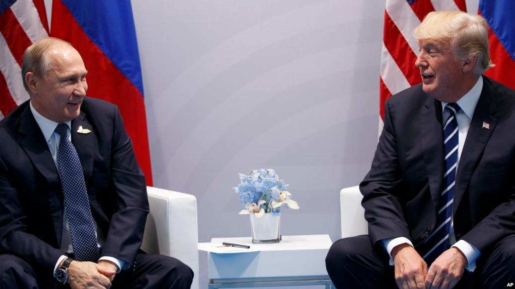 Tư liệu - Tổng thống Donald Trump hội đàm với Tổng thống Nga Vladimir Putin tại hội nghị thượng đỉnh G20, ngày 7 tháng 7, 2017, ở Hamburg, Đức.