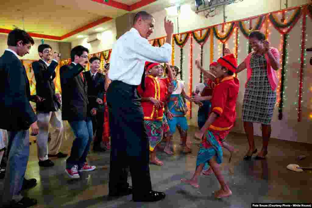 En Inde, le président Obama danse avec des lycéens et la Première dame à Mumbai, le 7 novembre 2010. (White House/Pete Souza)
