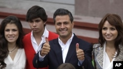지난 7월 멕시코 대통령 선거에서 가족과 투표소에 나온 엔리케 페나 니에토 당선자(오른쪽 2번째).