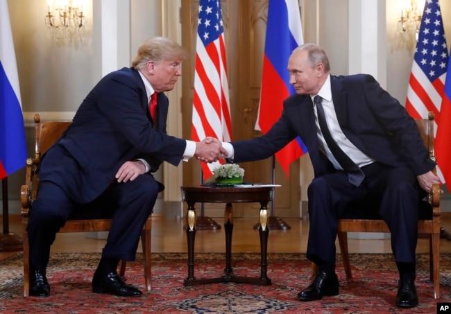El presidente de EE.UU., Donald Trump y el presidente ruso Vladimir Putin, se saludan al inicio de una reunión en Helsinki, Finlandia, el 16 de julio de 2018.