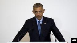 바락 오바마 미국 대통령이 25일 일본 미에현 이세시마에서 아베 신조 총리와 정상회담을 가진 뒤 공동 기자회견에서 발언하고 있다.