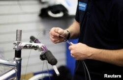 Berbagi pengalaman dengan anak-anak, seperti keahlian teknis membongkar dan merakit sepeda, akan memperkaya ilmu pengetahuan anak sekaligus mewariskan keahlian kepada generasi mendatang. (Foto: ilustrasi).
