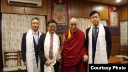 台湾民进党秘书长罗文嘉(左二)上周在印度达兰萨拉拜会达赖喇嘛(照片由民进党提供)