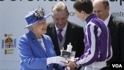 Kraljica Elizabeta uručuje trofej pobedniku Epsom derbija