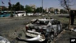 Plusieurs voitures endommagées le long de la route menant à l'aéroport au sud-est de Damas, en Syrie, dimanche 2 juillet 2017.