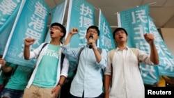 2년 전 홍콩 민주화 시위를 이끌었던 학생 대표들이 21일 법원 밖에서 판결에 앞서 민주화 구호를 외치고 있다. 왼쪽부터 조슈아 웡, 네이선 로, 알렉스 초우.