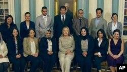 AQSh Davlat kotibi Xillari Klinton yaqin sharqlik faollar bilan Davlat departamentida, may, 2012-yil