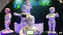 """Uslužni roboti kompanije """"AvatarMind"""", zasnovani na veštačkoj inteligenciji. (Foto: AP/Ross D. Franklin)"""