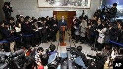 美国助理国务卿坎贝尔(上中)1月5日在首尔与韩国官员会谈后召开记者会