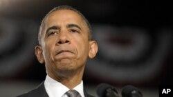 Presiden Barack Obama menghentikan pidatonya sejenak dalam kampanye di Ft. Myer, Florida (20/7) saat mengumumkan insiden penembakan di Aurora, Colorado.