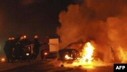Египетские пожарные пытаются потушить автомобиль, взорвавшийся перед входом в коптскую церковь в Александрии 1 января 2011г.