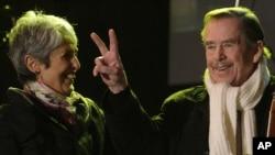 哈維爾和歌手瓊貝茲於2009年11月17日出席一個慶祝社會主義政府倒台20週年紀念音樂會。