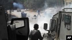 Isroillik askar falastinliklar bilan olishayapti.