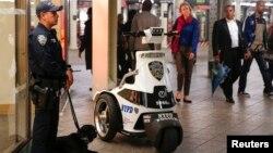 Cảnh sát New York cùng với một chú quân khuyển kiểm tra một trạm xe điện ngầm ở New York. 25/9/14