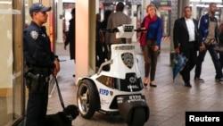 Thị trưởng Bill de Blasio đưa ra loan báo huấn luyện lại lực lượng 20.000 cảnh sát viên của thành phố hôm thứ Năm.