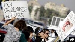 Des femmes manifestent contre le harcèlement sexuel au Caire, en Égypte, le 14 juin 2014.