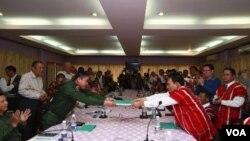 Perwakilan pemerintah Burma dan Jendral Saw Jawni dari Persatuan Nasional Karen menyerahterimakan dokumen kesepakatan gencatan senjata di Pa-an, Burma (12/1).