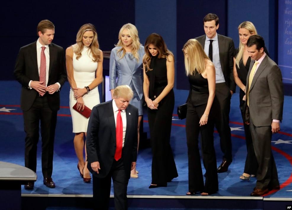 2016年10月19日,第三次候选人辩论后,美国共和党总统候选人唐纳德·川普率领全家走下舞台