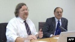 Tiến sĩ Richard Bitzinger (trái) thuộc trường Nghiên cứu Quốc tế S.Rajaratnam, Singapore.