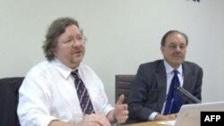 Tiến sĩ Richard Bitzinger, trái, Trường Quan hệ Quốc tế S. Rajaratnam ở Singapore