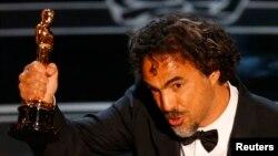 """Đạo diễn Alejandro Inarritu đoạt giải Oscar Đạo diễn xuất sắc nhất cho phim Birdman. Đạo diễn Inarritu tỏ ý hy vọng """"thế hệ di dân mới nhất có thể được đối xử với cùng một mức độ trân trọng và kính nể như những người đi trước đã xây dựng nên quốc gia di dân kỳ diệu này."""""""