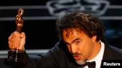 """Alejandro Inarritu, meilleur réalisateur pour son film """"Birdman"""", meilleur film, aux Oscars à Hollywood, le 22 février 2015. (Reuters)"""