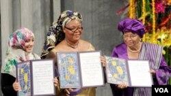 Tiga tokoh perempuan, dari kiri: aktivis Yaman Tawakkol Karman, aktivisi Liberia Leymah Gbowee, dan Presiden Liberia Ellen Johnson-Sirleaf saat menerima hadiah Nobel perdamaian tahun 2011.