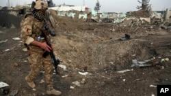 지난해 11월 아프가니스탄 카불에서 보안군이 자살폭탄테러 공격 현장을 조사하고 있다.
