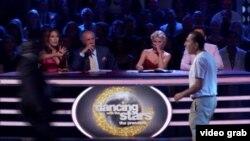 Uno de los intrusos aparece en pantalla frente a los jueces de Dancing with the Stars, tratando de acercarse a Lochte.