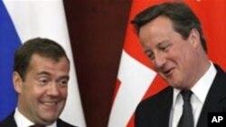 정상회담을 하는 카메론 총리(우)와 메드베데프 대통령