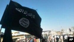 پرچم گروه افراطی سنی «دولت اسلامی» (داعش) در ناحیه ای در فلوجه، عراق