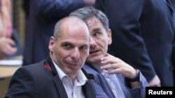 希腊财长瓦鲁法基斯(前)6月24日在布鲁塞尔参加欧元区财长紧急会议。