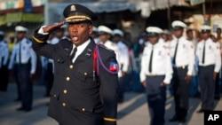 Ofisye lapolis Nasyonal D Ayiti (PNH) pandan yon seremoni an lonè ewo endepandans ak fondatè peyi a, Jean-Jacques Dessalines, nan Pòtoprens, 17 oktòb, 2014.
