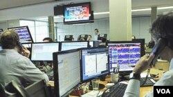 Operadores de mercado observan en las pantallas la transacción de bonos de Portugal.