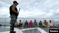 Binh sĩ Indonesia canh giữ nhóm một nhóm ngư dân Việt đánh cá lậu ở biển Natuna. Nhóm 4 người bị trục xuất ngày 13/12 nói họ đang trên đường đi sang Úc.