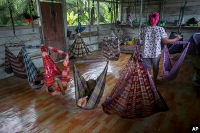 Bayi dan balita perempuan pekerja sawit tidur siang di tempat penitipan anak sementara di Sumatera, Selasa, 14 November 2017, saat orang tua mereka bekerja. (Foto: AP)