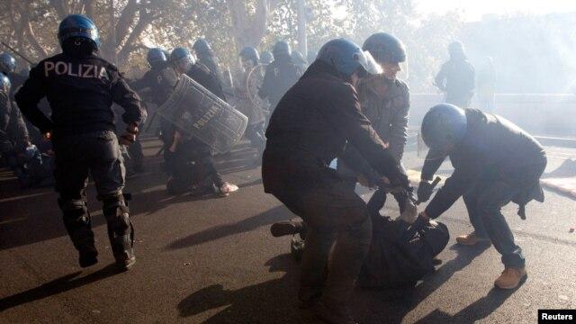 14일 이탈리아 로마에서 긴축정책 반대하는 시위대와 진압 경찰들.