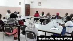 """Les membres de l'association """"Sourire aux brûlés"""" en réunion à Dakar, au Sénégal, le 23 avril 2017. (VOA/Seydina Aba Gueye)"""