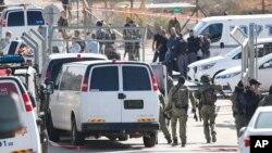 26일 팔레스타인 남성의 총격으로 이스라엘인 3명이 사망한 예루살렘 외곽 하르 아다르 유대인 정착촌 입구를 이스라엘 경찰관들이 통제하고 있다.
