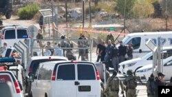 An ninh Israel được triên khai tại cổng vào khu định cư Har Adar gần Jerusalem, ngày thứ Ba 26/7/2017.(AP Photo/Mahmoud Illean)
