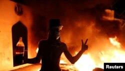 Para pedemo Irak membakar konsulat Iran dalam demo anti-pemerintah di Najaf, Irak, 27 November 2019.
