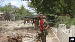A Somali government soldier patrols on foot during clashes with Islamist insurgents in southern Mogadishu's Bakara market neighborhood, June 2, 2011