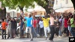 Des supporters de l'oppositions à Stone Town, Zanzibar, le 26 octobre 2015. (AP Photo)
