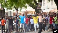 坦桑尼亚总统大选投票结束后,反对派的支持者在选举委员会外面举行庆祝活动。