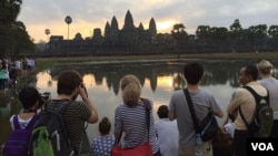 International tourists take photos of Angkor Wat temple as the sun rise in Siem Reap, Cambodia, on Sunday, January 10, 2016. (Hul Reaksmey/VOA Khmer)